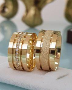Alianças de Casamento 2019: todas as dicas para escolher a sua! Gold Ring Designs, Wedding Ring Designs, Wedding Jewelry, Stacked Wedding Rings, Wedding Rings For Women, Brautring Sets, Engagement Rings Couple, Couple Rings Gold, Gold Rings Jewelry