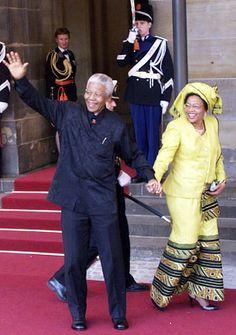 Nelson Mandela, hier hand in hand met zijn vrouw Graca Machel, is een graag geziene gast in Nederland. Nelson Mandela, Hand In Hand, Winnie Mandela, Xhosa Attire, African Fashion Traditional, African Wedding Dress, Black Girl Braids, African Nations, Africa