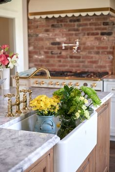 An apron sink adds a country touch to this Southern cottage kitchen Brick Interior, Interior Work, Southern Kitchens, Cottage Kitchens, Southern Cottage, Southern Homes, Romantic Cottage, Romantic Homes, Farmhouse Style Kitchen