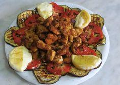 Dadini di petto di pollo, insaporiti da una panure di pangrattato ed erbe aromatiche, cotti in forno, serviti sopra un letto di melanzana grgliata, fette di pomodoro fresco e arricchiti da tomino alla griglia. Una preparazione semplice ma decisamente piacevole. Procedimento Tagliare il petto di pollo a dadini. Mescolare il pangrattato con 2 cucchiai in […]