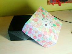 Origami. Caja de cartulina (Tapa: acuarelas. Parte inferior: lápiz blanco)