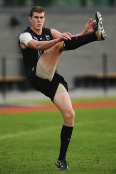 Mason Cox Photos - Mason Cox of the Magpies kicks the ball during a Collingwood Magpies AFL training session on May 2016 in Melbourne, Australia. Collingwood Football Club, Australian Football, Athletic Men, Sports Pictures, Melbourne Australia, Track And Field, Magpie, Cross Country, Rugby