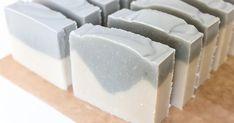 Une recette de savon saponifié à froid contre l'acné aux huiles essentielles purifiantes et à l'argile blanche et verte.