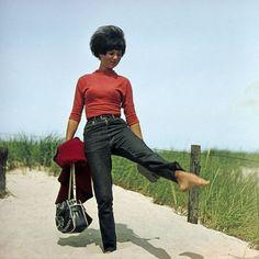 Jeans gab es auch in der DDR. Sie trugen so vielversprechende Namen wie «Boxer», «Wisent» oder «Shanty». Aber sie waren verhasst, die Jugend sehnte sich nach den Marken des Westens. Bereits 1969 trug diese junge Frau auf dem Weg zum Strand Jeans. (Bild: Imago)