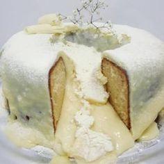 O Bolo Vulcão de Leite Ninho é fofinho e a cobertura é tão farta e cremosa que, quando o bolo é cortado, escorre como as lavas de um vulcão. Não perca!