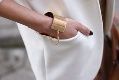 gold cuff with chain                                                                                                                                                      Mais