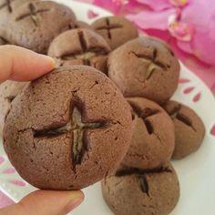 Yine güzel bir kurabiye ile hepinize mutlu akşamlar dilerim.Dışı kakaolu içi de tahinli bir karışımla, ağzınızda nefis bir tat bırakacak kurabiyeyi yakından görün diye elimde  tutup çektim. Tarif gelecek...