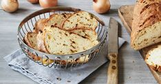 Onion Bread - Juicy & Delicious The best baking recipes with guaranteed success - To bake a juicy onion bread you only need 6 simple ingredients and very little time. Pampered Chef, No Bake Desserts, Dessert Recipes, German Baking, Onion Bread, Good Food, Yummy Food, Bratwurst, Barbecue