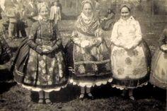 Doroszlói népviselet - Gombos környékéről - Vajdaság Folk Costume, Costumes, Hungarian Embroidery, Folk Dance, Fashion History, Hungary, Old Photos, Embroidery Patterns, Past