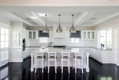 This week's Friday's Favourites features an inspiring Cape Cod style home in Queensland. It has some beautiful design features and is elegantly decorated. Les Hamptons, Hamptons Kitchen, Hamptons Style Homes, Hamptons Decor, Hamptons House, Rustic Kitchen Cabinets, Kitchen Stools, Kitchen Backsplash, Kitchen Dining
