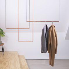 kapstok van koper,  hout en draad  http://www.studiogk15.nl/a-43209734/kapstok/kapstok/  Koperen buis, handgemaakte houten dopjes en gekleurd draad zijn de ingrediënten van deze kapstok. Met koperen buizen in drie verschillende maten stel je zelf je eigen ophangsysteem samen, die je bevestigt aan het plafond.