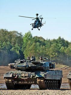 Kampfpanzer werden im Gefecht mit dem Kampfhubschrauber Tiger zusammen eingesetzt (Quelle: Bundeswehr/Rene Hinz) |