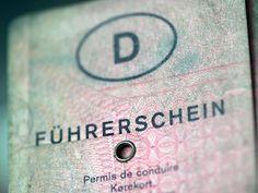 Seit der Führerscheinreform 1999 gilt auch in Deutschland das EU-weite Führerscheinrecht, das in die Fahrerlaubnisklassen A, B, C, D und E eingeteilt ist, informiert der Tüv Nord. Gleichzeitig löste der neue EU-Führerschein im Scheckkartenformat die alten Versionen ab.