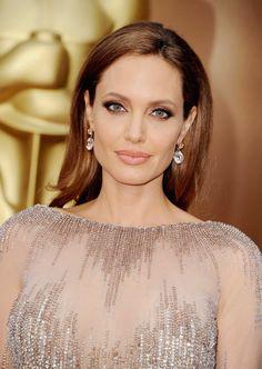 Maquillaje Oscars 2014-Angelina Jolie lució fantástica con un maquillaje perfecto en tonos cafés y pestañas espectaculares.