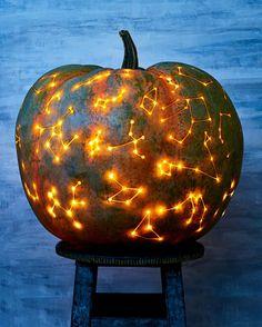 Come intagliare una zucca con il disegno di costellazioni posizionata su una sedia Constellation Art, Constellations, Caramel Apples, Pumpkin Carving, Everything, Lantern, Random Stuff, Hurricane Candle, Caramel Apple