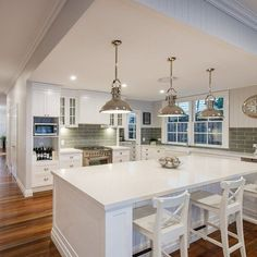 Beach Style Kitchen Designs Ideas - Search pictures of beach style kitchen designs. Discover ideas for your beach style kitchen remodel or upgrade with ideas for storage space, organization, layout . Hamptons Style Decor, The Hamptons, Style At Home, Cuisines Design, Home Interior, Coastal Interior, Coastal Furniture, Painted Furniture, Furniture Design