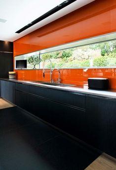 Cozinha preta e laranja Outdoor Furniture, Outdoor Decor, Outdoor Storage, Kitchen Decor, Futuristic, Room Ideas, Home Decor, Orange Kitchen, Kitchen Black