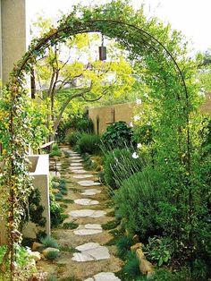 Terrasse Pergola Begrünen Kletterpflanzen Eisen Möbel | Garden ... Gartenlaube Pergola Begrunen