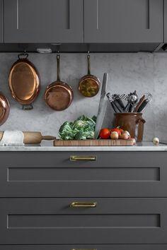 Detta klassiska kök med Cararra Marmor skapar fina kontraster mellan den mörkgråaP1-luckan och den ljusgråa marmorskivan. Skapa samma kök med hjälp av våra specialluckor som passar IKEAs stommar. Se priser och utbud i vår webbshop. Kitchen Cabinets Decor, Ikea Kitchen, Kitchen Stories, Home Kitchens, Kitchen Remodel, New Homes, Interior, House, Kitchen Things