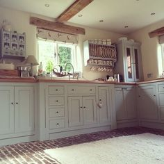 Like most country kitchen styles, the English country kitchen style can be traced back to rural cottages and farming communities over the last few hundred years. Huge importance is placed on creating Cocina Shabby Chic, Shabby Chic Kitchen, Boho Kitchen, Brick Floor Kitchen, Kitchen Flooring, Cottage Kitchens, Home Kitchens, Grey Kitchens, Cottage Kitchen Interior