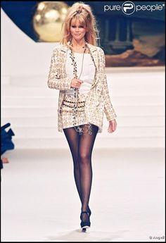 Claudia Schiffer défilant pour Chanel en 1994