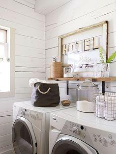 細かいものが多く、生活感が見えやすい場所が洗面所です。隠したり、あえて見せたりしながら上手く収納してお洒落なインテリアを実現している例をご紹介します。