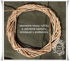 Věnec omotávaný (vrstvený) Corn Husk Wreath, Wicker Baskets, Christmas Crafts, Wreaths, Knitting, Diy, Crowns, Photograph Album, Door Wreaths