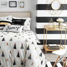 Moderno e divertido, este ambiente apostou com tudo na tendência do preto e branco com detalhes dourados.