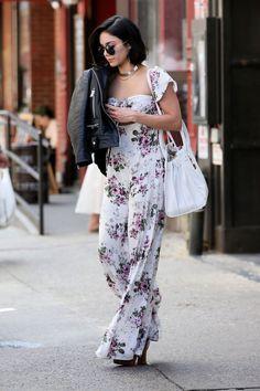 Vanessa Hudgens pelas ruas de Nova York vestindo um macacão estampado e jaqueta de couro .