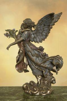 Przepiękna i niespotykana figura w stylu secesyjnym, przedstawiająca romantycznego anioła z małym dzieckiem w ramionach.  Doskonałe w każdym szczególe współczesne wykonanie według XIX-wiecznego wzoru. Figura niezwykle dekoracyjna, świetnie się prezentuje w każdym wnętrzu, wymarzona na niepowtarzalny prezent.  Materiał: konglomerat ceramiczno-alabastrowy pokryty warstwą brązu.  Wymiary: wysokość ok. 28 cm, szerokość ok. 22 cm.