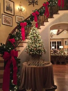Chirstmas DIY Decorations Easy and Cheap – Stairway Garlands Below, you will discover a variety of a number of the finest natural Christmas decorations that you Green Christmas, Outdoor Christmas, Christmas Home, Natural Christmas, Christmas Colors, Magical Christmas, Christmas Entryway, Merry Christmas, Christmas Bathroom