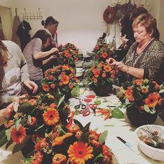 Knap gedaan allemaal! They did so good!  #workshop #potenpapaver #client #atwork #biedermeier #flowers #flowery #flowerarrangement #gerbera #patience #alotofwork #autumnleaves #berries #autumn #diy