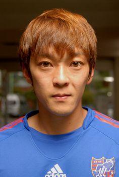 [ 多摩川クラシコ ] F東京:羽生直剛選手「全力でプレーする」 多摩川クラシコ第13戦(4/19(土)J1第7節 16:00KICK OFF @味スタ)に向けて、羽生直剛選手(F東京)からコメントをいただきました。  ●羽生直剛選手(F東京): 「東京ダービーに続き、サポーターにとっても思い入れの強い試合が続きます。ここで勝てればチームに勢いがつくと思う。フロンターレは攻撃力があるチームなので簡単にはいかない。ただ、見ている人には両チームのファイトし、90分間気持ちが前面に出ていると感じられるような熱い試合を見せたい。 昨年は大敗もしているので、まずは絞まった試合をすることを意識してプレーしたいと思います。クラシコは特別な試合。見に来ている人にとってもいいゲームになるよう全力でプレーすることをサポーターの皆さんには約束します」