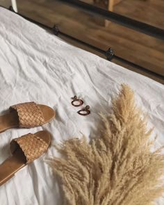 How to Have the Best Minimalist Capsule Wardrobe for Summer Summer Minimalist, Minimalist Shoes, Minimalist Fashion, Look Fashion, Fashion Shoes, Fashion Outfits, Hippie Stil, Summer Slide, Beige Aesthetic