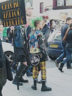 Male punks, yellow plaid pants, tattoos and piercings<< i want that entire aesthetic Punk Outfits, Mode Outfits, Estilo Punk Rock, Punk Subculture, Mode Punk, Punk Boy, Crust Punk, Punk Patches, Battle Jacket