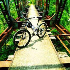 tempatnya bagus ya. kata om @abankrombenk13 namanya jembatan kereta tua sungapan ciwidey. Asik nih jembatan :) #pacificbikerider #pacificbikes #mountainbike #mtbindonesia #sepedagunung #hardtail #crosscountry #morningride #selamatpagi #sepeda #bersepeda #jembatan #bridge