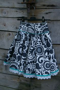 jupe qui tourne 1 Coin Couture, Couture Sewing, Little Girl Dresses, Girls Dresses, Kids Dress Collection, Simple Wardrobe, African Shirts, Kids Frocks, Girl Dress Patterns