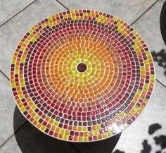 Mandala de 50cm com base em vidro e mosaico simples, combinando cores em pastilhas 1x1   Os tons de cores e a cor do rejunte podem escolhidos pelo cliente na hora da compra  ****************************Atenção****************************  O prazo de produção informado no pedido é para uma peça, o sistema não calcula os dias adicionais para compras de vários produtos no mesmo pedido, portanto, o prazo informado no total do pedido não é exatamente o prazo para que o pedido todo seja preparado…
