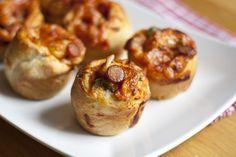 Diese gefüllte Pizza Schnecken sind eine super Idee fürs Abendbrot, und dazu können die Kinder beim Vorbereiten auch mithelfen.