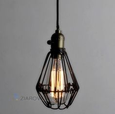 Historické závesné svietidlo s nastaviteľnou mriežkou na žiarovky typu E27 je svietidlo určené na stenu v rustikálnom vzhľade. Svietidlo je vhodné do obývacej izby, kuchyne, jedálne, spálne, reštaurácie a pod. Svietidlo je v rustikálnom vzhľade a je vhodné ako dekorácia do každej domácnosti. Závesné svietidlo je zárukou obdivu vašej domácnosti alebo chalupy, reštaurácie a pod. Toto historické svietidlo sa nesie v starodávnom duchu a zaručí obdiv vo Vašej domácnosti.