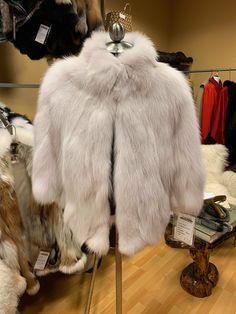 Cape de renard blanc 1 200$ Capes, Fur Coat, Fox, Jackets, Blue, Fashion, White Fox, Fur, Cape Clothing