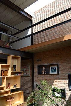 casa goia, em são paulo   projeto: renata pati   como o terreno não tem recuo nas laterais, a arquiteta criou aberturas na cobertura para a iluminação natural