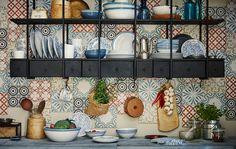 Ein Arrangement aus unterschiedlichen Bechern, Tellern, Desserttellern und Schalen, u. a. FINSTILT Servierschüssel elfenbeinweiß/blau und FINSTILT Dessertteller gemustert