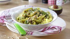 Tämä avokadopasta on saanut vaikutteita pestosta. Parmesaani, pinjansiemenet, basilika, valkosipuli ja sitruuna yhdistettynä avokadon täyteläisyyteen... Tämäkin resepti vain n. 4,10€/annos*. Linguine, Chili Sauce, My Cookbook, Pasta Dishes, Pesto, Cabbage, Salads, Fish, Vegetables