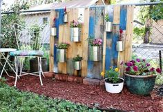 vertikalen Garten aus Europaletten bauen prakisch blumentöpfe