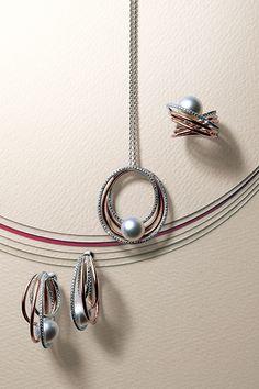 イアリング、ペンダント、リング。日本の伝統美ともいえる「水引」から想を得てデザインしました。