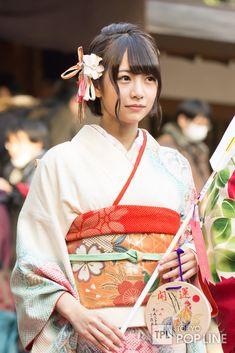 生田絵梨花ら乃木坂46新成人メンバーが晴れ着披露 96年組は「マイペース世代」 | TOKYO POP LINE Japanese Costume, Japanese Kimono, Geisha, Yukata Kimono, Japanese Beauty, Japanese Lady, Japanese Girl Group, Japan Girl, Japanese Outfits