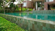 Como assentar pedra hijau e hitam na piscina?