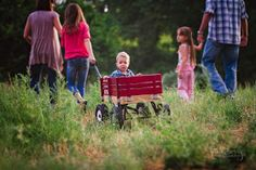 1 year old pictures in a wagon with a family of 5