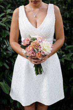 bouquet con dalie, rose e piante succulente